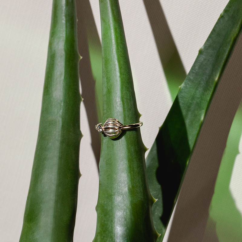 pierścionek-złoty-z-topazem-błękitnym-botanica