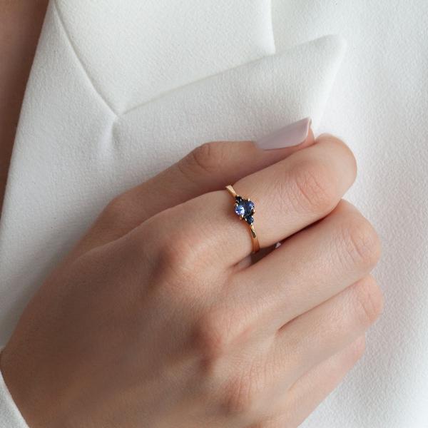 pierścionek-złoty-z-tanzanitem-i-szafirami-kolekcja-wiktoriańska-2