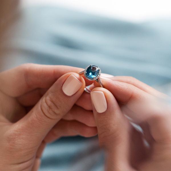 Zdjęcie Jubilé - pierścionek z białego złota z diamentami i topazem #7