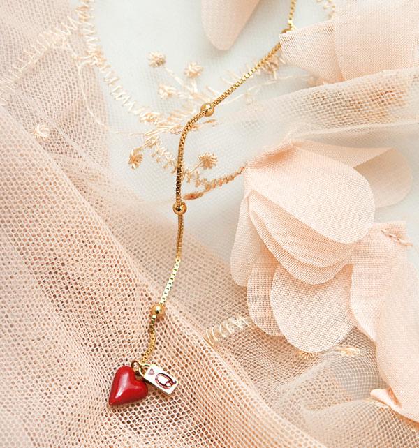 kolekcja-queen-of-hearts-pozlacany-srebrny-naszyjnik-emalia-w-ksztalcie-serca-niezwykla-lekkosc