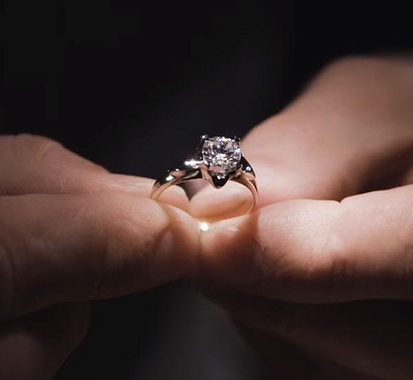 kolekcja-amore-pierscionek-zareczynowy-z-diamentem-z-zoltego-zlota-dziewczecy-urok-liryczna-milosc