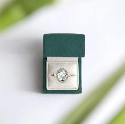 kolekcja-jubile-zloty-pierscionek-zareczynowy-bialy-topaz-diamenty
