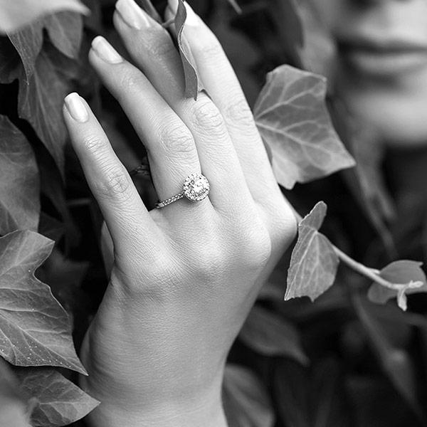kolekcja-metropolitan-pierscionek-zareczynowy-z-bialego-zlota-diamenty-Diament-Idealny-YES