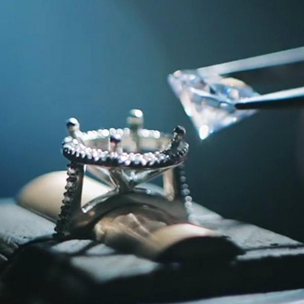 kolekcja-metropolitan-produkcja-pierscionka-zareczynowego-z-diamentami-biale-zloto-Diament-Idealny-YES-zdjecie