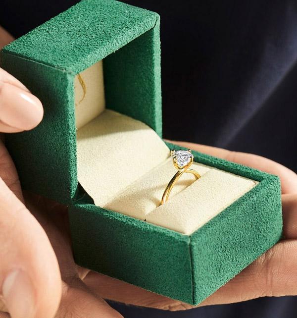 kolekcja-valentine-w-opakowaniu-pierscionek-zareczynowy-z-diamentem-zolte-zloto-Diament-Idealny-YES-niezwykly-ogien-i-blask